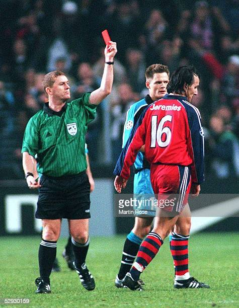 Eindhoven PSV EINDHOVEN FC BAYERN MUENCHEN 21 Schiedsrichter Paul Anthony DURKIN/ENG zeigt Jens JEREMIES/Bayern die ROTE KARTE