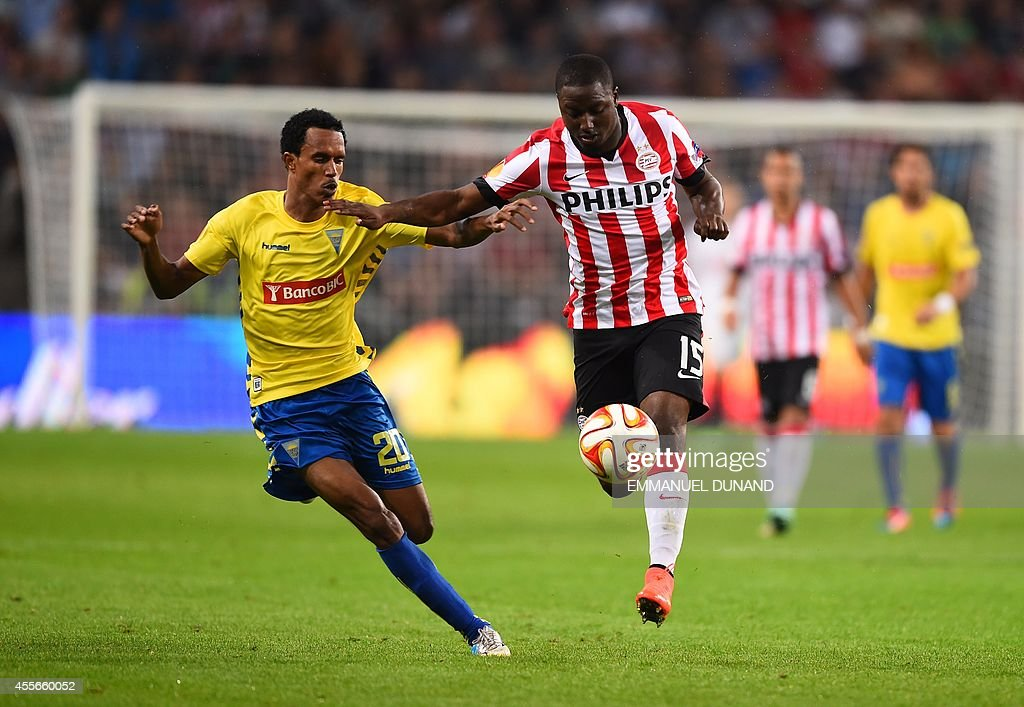 PSV Eindhoven's Jetro Willems (R) vies with Estoril's Joshua Brenet during the UEFA Europa League football match PSV Eindhoven vs Estoril Praia in Eindhoven, on September 18, 2014.