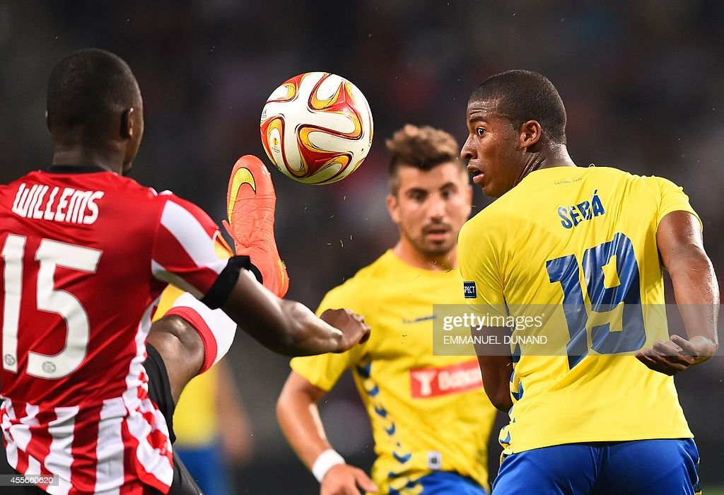 PSV Eindhoven's Jetro Willems (L) vies with Estoril's Seba during the UEFA Europa League football match PSV Eindhoven vs Estoril Praia in Eindhoven, on September 18, 2014.
