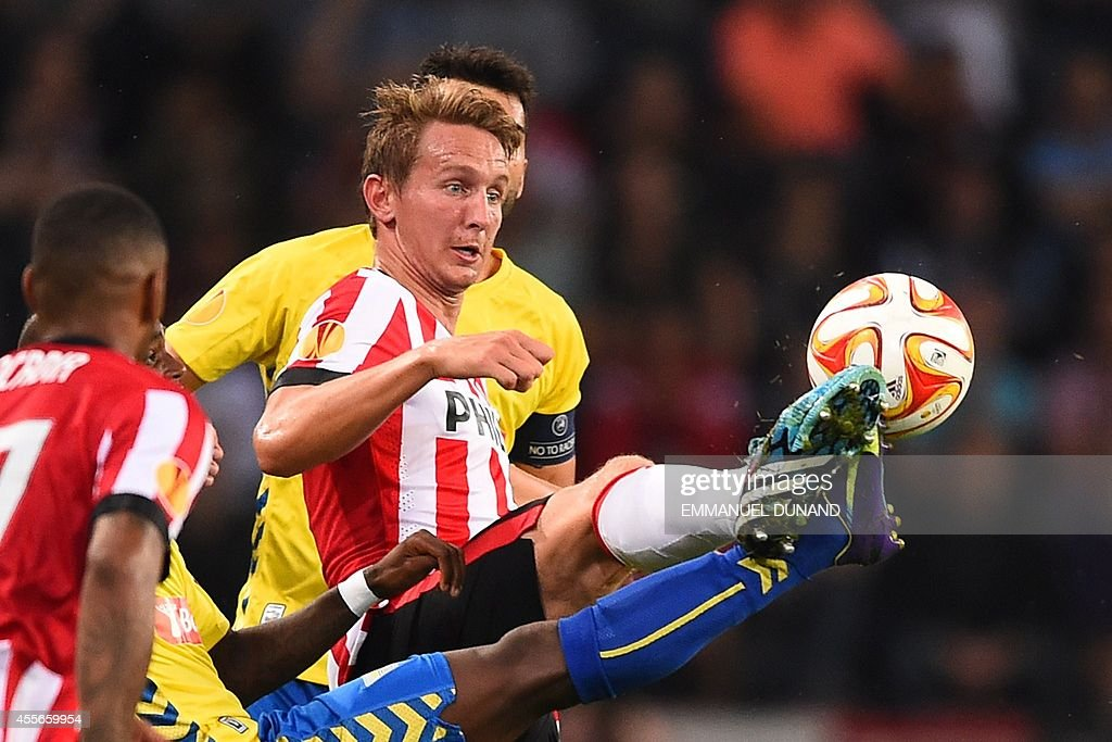 PSV Eindhoven's Luuk de Jong (C) tries to control the ball during the UEFA Europa League football match PSV Eindhoven vs Estoril Praia in Eindhoven, on September 18, 2014.