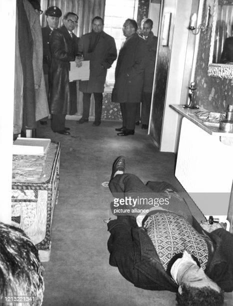 Eine am Boden liegende Puppe soll den erschossenen Dr Otto Praun darstellen Am 30 April 1962 hatte das Gericht einen Lokaltermin in der Villa des...