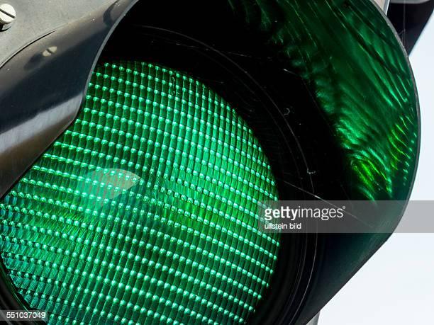 Eine Ampel im Straßenverkehr zeigt grünes Licht.