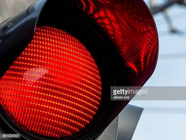Eine Ampel im Straßenverkehr zeigt rotes Licht