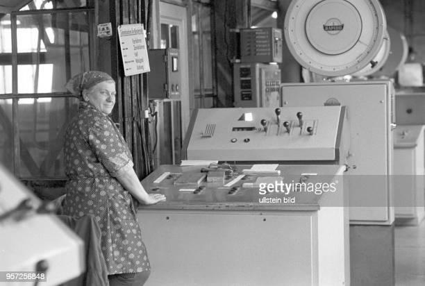 Eine Arbeiterin an einer Anlage in der Brikettfabrik Sonne in Freienhufen Kreis Senftenberg undatiertes Foto von 1981 Die Rohbraunkohle kam aus den...