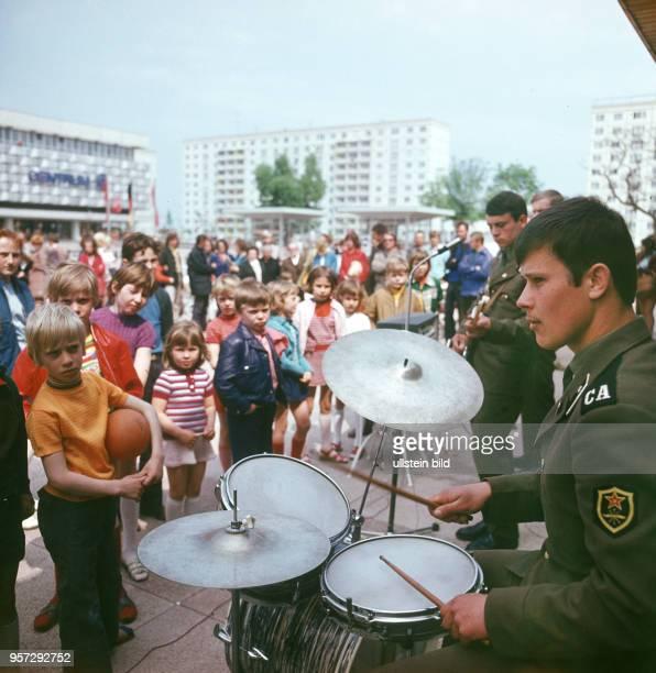 Eine Band der Gruppe der Sowjetischen Streitkräfte in Deutschland spielt am Rande eines Festes in einem Neubaugebiet in Schwedt undatiertes Foto aus...