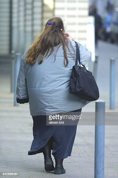 Eine übergewichtige Frau beim Einkaufsbummel. .