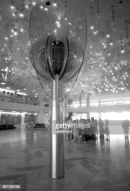Eine Besuchergruppe im Palast der Republik in Berlin aufgenommen im Juli 1986 Sehenswertes Gestaltungsobjekt und beliebter Treffpunkt für...