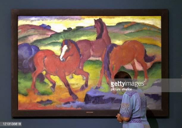 """Eine Besucherin der Stuttgarter Staatsgalerie betrachtet am 25.5.2000 das Gemälde """"Die Roten Pferde"""" des Malers Franz Marc . Wie kaum ein anderer..."""
