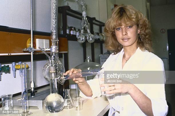 Eine Biologie und Chemielaborantin bei der Arbeit im Labor Undatiertes Foto