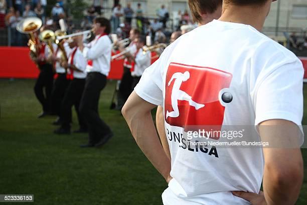 Eine Blaskapelle spielt Musik vor dem Relegationspiel der 2 Bundesliga und der 3 Liga zwischen SSV Jahn Regensburg und dem Karlsruher SC am 11 Mai...