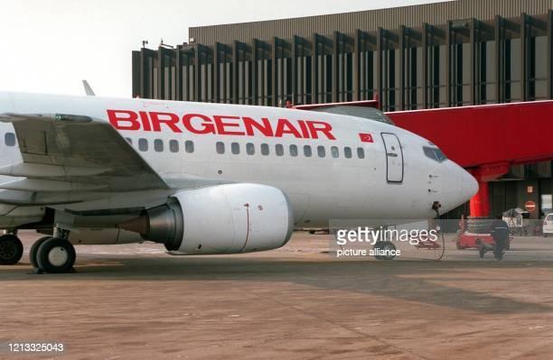 Eine Boeing 737-300 der privaten türkischen Fluggesellschaft Birgenair steht am 8.2.96 auf dem Flughafen von Hannover. Am Vortag war eines der drei...