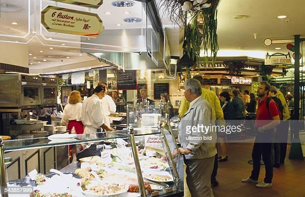 Eine der Möglichkeiten in der Wandelhalle des Hamburger Hauptbahnhofs Lebensmittel zu kaufen und ebenfalls dort zu speisen Die GourmetStation im...