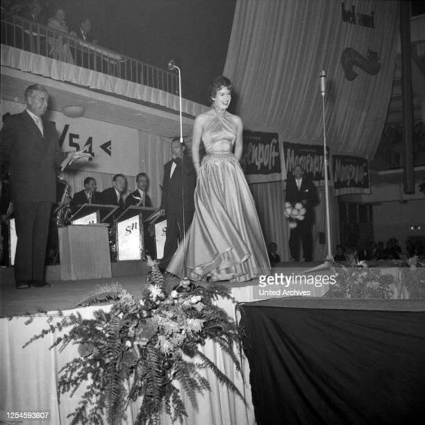 Eine der Teilnehmerinnen zur Wahl der Miss Germany 1953 / 54 in der Ernst-Merck-Halle in Hamburg, 1953.