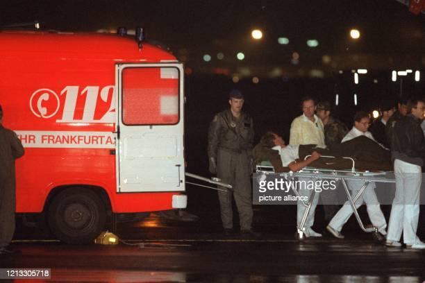 Eine der verletzten befreiten Geiseln wird nach der Landung auf dem Frankfurter Rhein-Main-Flughafen am 7. September 1986 zu einem Krankenwagen...