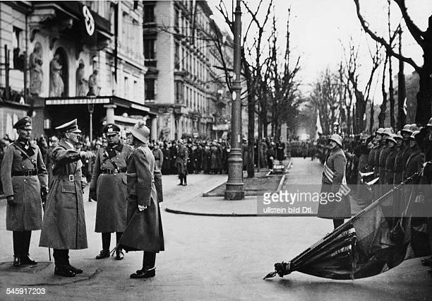 Eine deutschösterreichische Ehrenkompanie die vor Adolf Hitlers Quartier imHotel 'Imperial' angetreten ist wird vomkommandierenden Offizier...