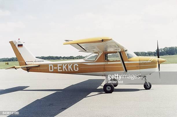 Eine einmotorige Maschine vom Typ 'Cessna' auf dem Rollfeld Das Flugzeug trägt am Heck die Flagge der Bundesrepublik Deutschland Am Rumpf ist die...