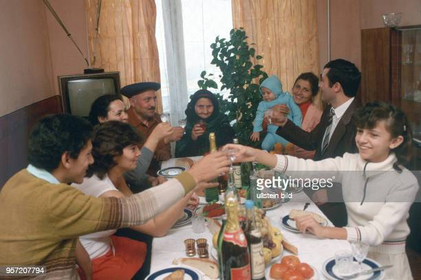 Eine Familie mit mehreren Generationen bei einer privaten Feier in ihrem zu Hause in Baku undatiertes Foto von 1984