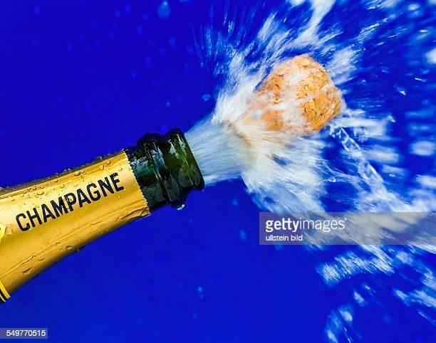 Eine Flasche Champagner wird geöffnet. Symbolfoto für Silvester, Eröffnung, feiern und Jahreswechsel