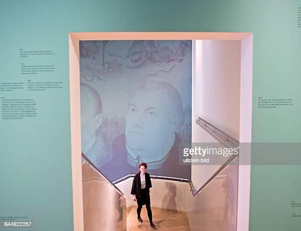 Eine Frau laeuft im Treppenflur waehrend der Pressevorbegehung der Ausstellung Bild und Botschaft Cranach in Weimar im SchillerMuseum in Weimar Das...