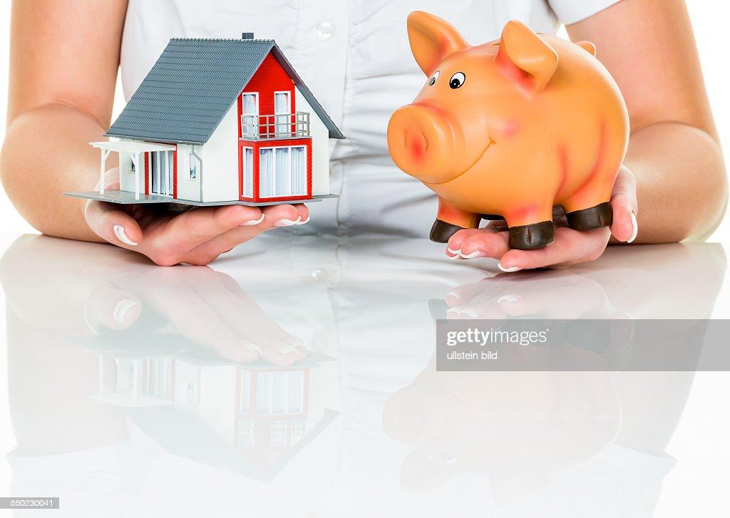 Frau mit Haus und Sparschwein : News Photo