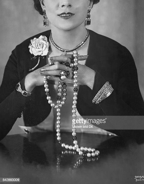 eine Frau präsentiert Schmuck Perlenkette Ringe Armreifen Halskette Ohrringe AnsteckblumeFoto Ernst Sandauveröffentlicht Berliner Morgenpost