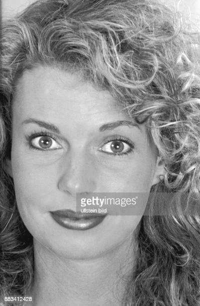 Eine Frau reißt ihre Augen weit auf eine Übung die Augenfalten entgegen wirken soll Dieses Foto ist Teil einer Fotosequenz