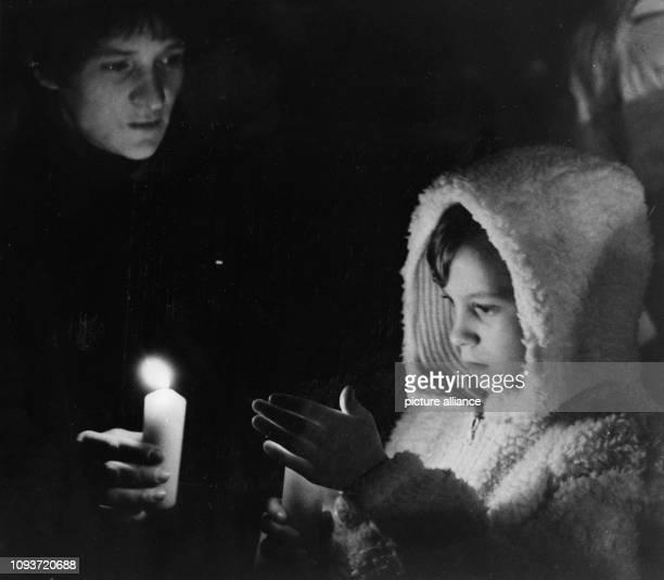 Eine Frau und ein Kind mit Kerzen bei einem Friedensgebet am in der Nikolaikirche in Leipzig. Die regelmäßigen Friedensgebete waren eine Vorstufe der...