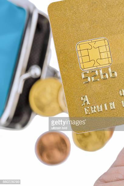 Eine Goldene Kreditkarte zum Bargeldlosen Bezahlen mit Geldbörse