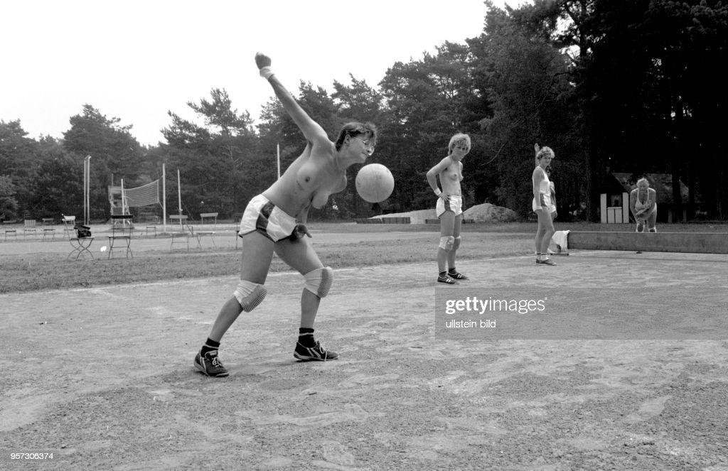 Eine Gruppe halbnackter Frauen spielt auf einem Sportplatz