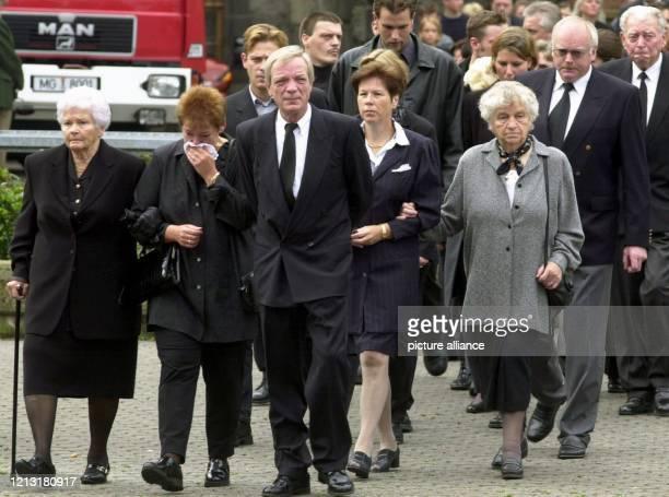 Eine Gruppe von Angehörigen geht am 2972000 gemeinsam zur evangelischen Kirche im Mönchengladbacher Stadtteil Rheydt Hier gedachten 1700 Menschen in...