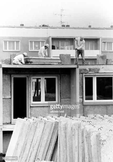 Eine Gruppe von Bauarbeiten ist 1980 in der Gemeinde Lehnin im damaligen Bezirk Potsdam bei der Montage eines Wohnblockes. Eine Wohnraumzählung von...