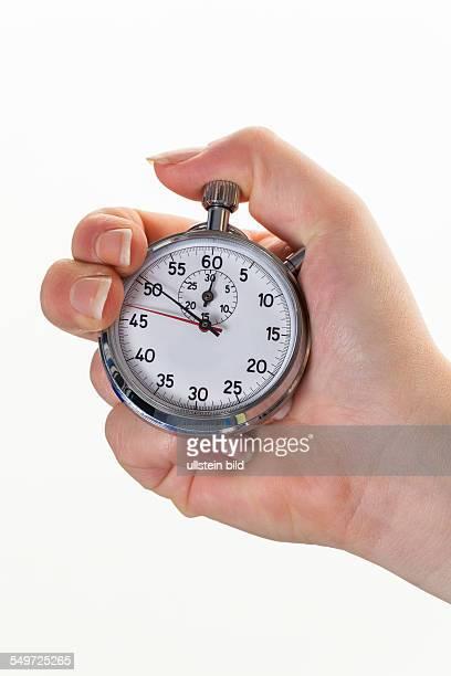 Eine Hand mit einer Stoppuhr zur Zeitmessung Isolierter weißem Hintergrund