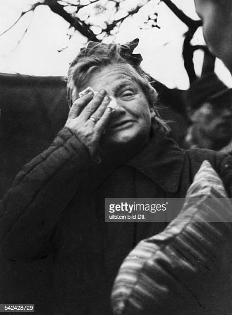 Eine Heimkehrerin aus der Sowjetunion bei ihrer Ankunft am Grenzübergang Herleshausen Originaltext Als einzige Frau unter 600 Männern traf die...
