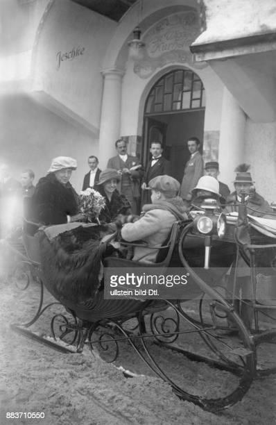Eine Hochzeitsgesellschaft in einem Schlitten Originalaufnahme im Archiv von ullstein bild