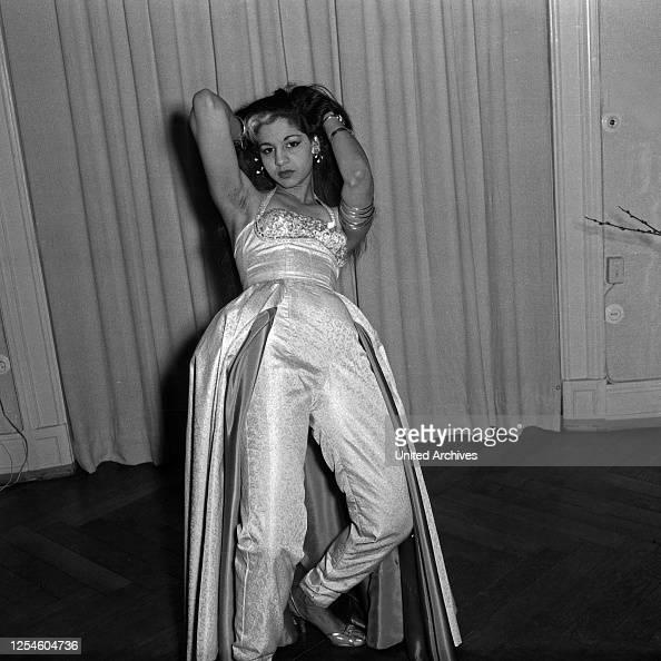 Eine indische Tänzerin posiert auf Parkettboden