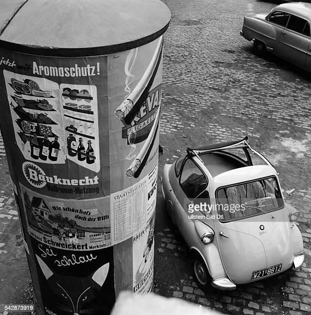 Eine Isetta neben einer LitfaßSäuleohne Aufnahmedatum