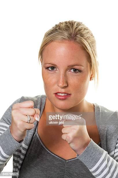 Eine junge Frau im Boxhaltung ist bereit zu kämpfen Streit und Probleme in Ehe Partnerschaft Beruf