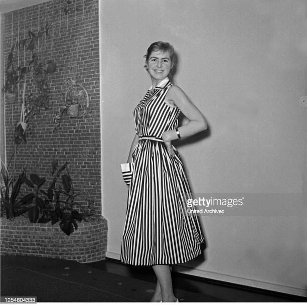Eine junge Frau in einem gestreiften Kleid Deutschland 1950er Jahre