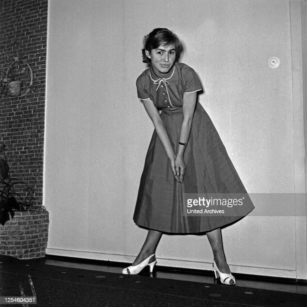 Eine junge Frau in einem Kleid Deutschland 1950er Jahre