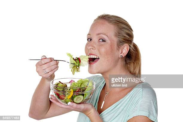Eine junge Frau ißt einen knackigen Salat Gesunde Ernährung mit Vitaminen