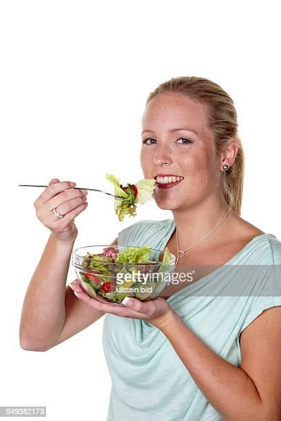 Eine junge Frau ißt einen knackigen Salat in der Mittagspause Gesunde Ernährung mit Vitaminen
