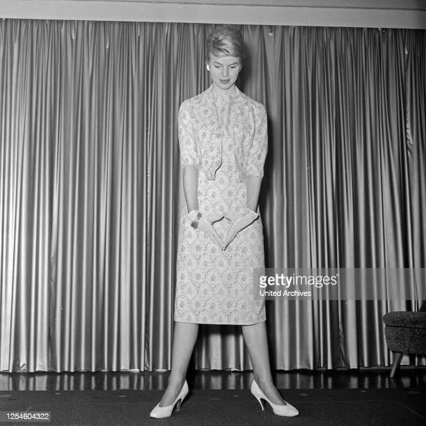 Eine junge Frau mit Handschuhen in einem Kleid Deutschland 1950er Jahre