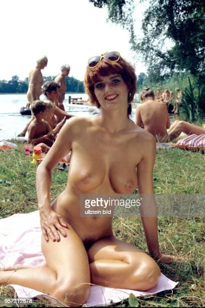Eine junge Frau posiertauf einer Badewiese am Zeesener See in SenzigWaldesruh wo versteckt in waldreicher Gegend das über 60 Jahre alte Paradies der...