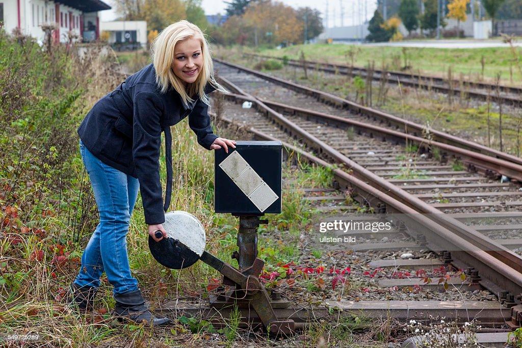 Eine junge Frau stellt die weiche für ihr weiteres Leben. Richtige Entscheidungen sind nicht immer leicht zu treffen : News Photo