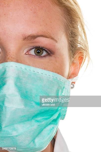 Eine junge Ärztin mit Mundschutz zum Schutz vor Infektionen und Ansteckungen von Krankheiten