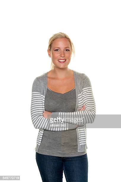 Eine junge sympathische Frau steht vor weißem Hintergrund Halbfigur
