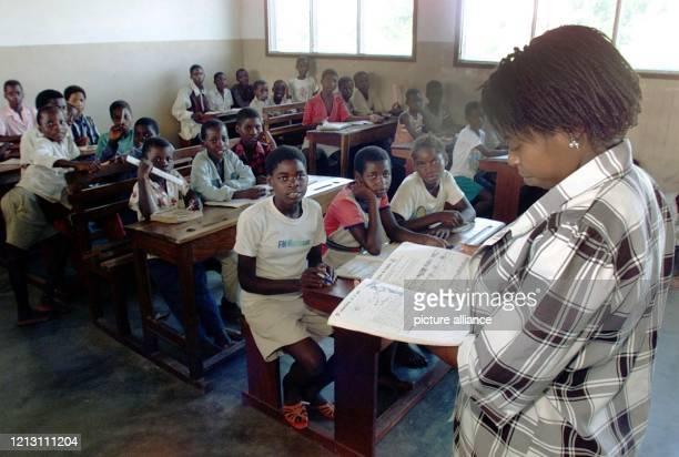 Eine Lehrerin unterrichtet am 832000 in der mosambikanischen Siedlung Estaquina in einem Klassenraum der kleinen Schule die Landessprache...