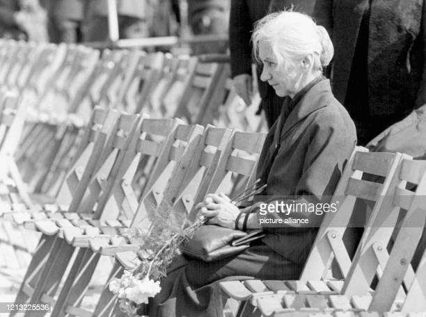 Eine ältere Frau sitzt vor der Trauerfeier erschüttert in den noch leeren Stuhlreihen Am 2 Juni 1971 wurden nach einer ergreifenden Trauerfeier die...