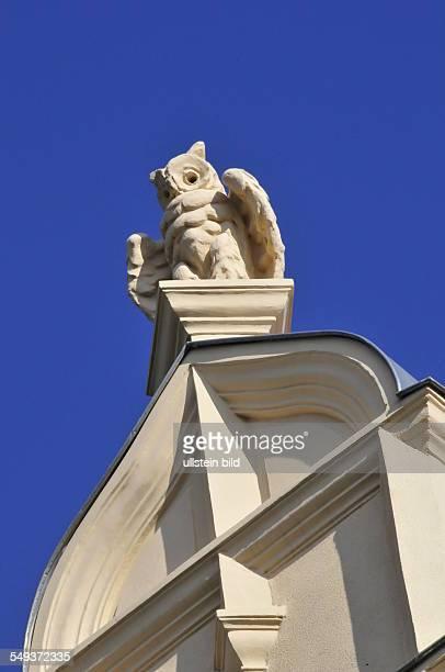 Eine meterhohe steinerne Eule schmückt den Dachgiebel dieses um 1890 erbauten Wohnhauses in der Heiligegeiststraße, aufgenommen in Quedlinburg am 17....