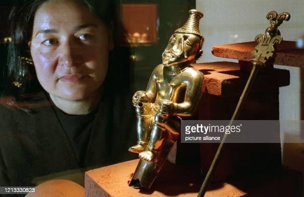 Eine Mitarbeiterin des Bremer Überseemuseums wirft am kurz vor der offiziellen Eröffnung der Ausstellung Die Wiederentdeckung des Goldes Goldkammer...